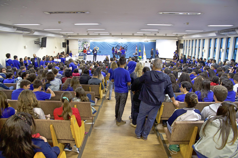 Alunos reunidos no Colégio Adventista da Liberdade, para realizarem as provas do Adventure do Conhecimento.