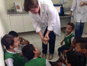 Crianças aprendem como previnir cáries com dentista da UBS. Foto: colaborador local