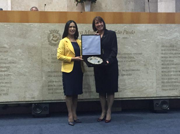 Vereadora Noemi Nonato entregando Prêmio Salva de Prata para Silvana Cazonato, diretora da ASA da Associação Paulistana.