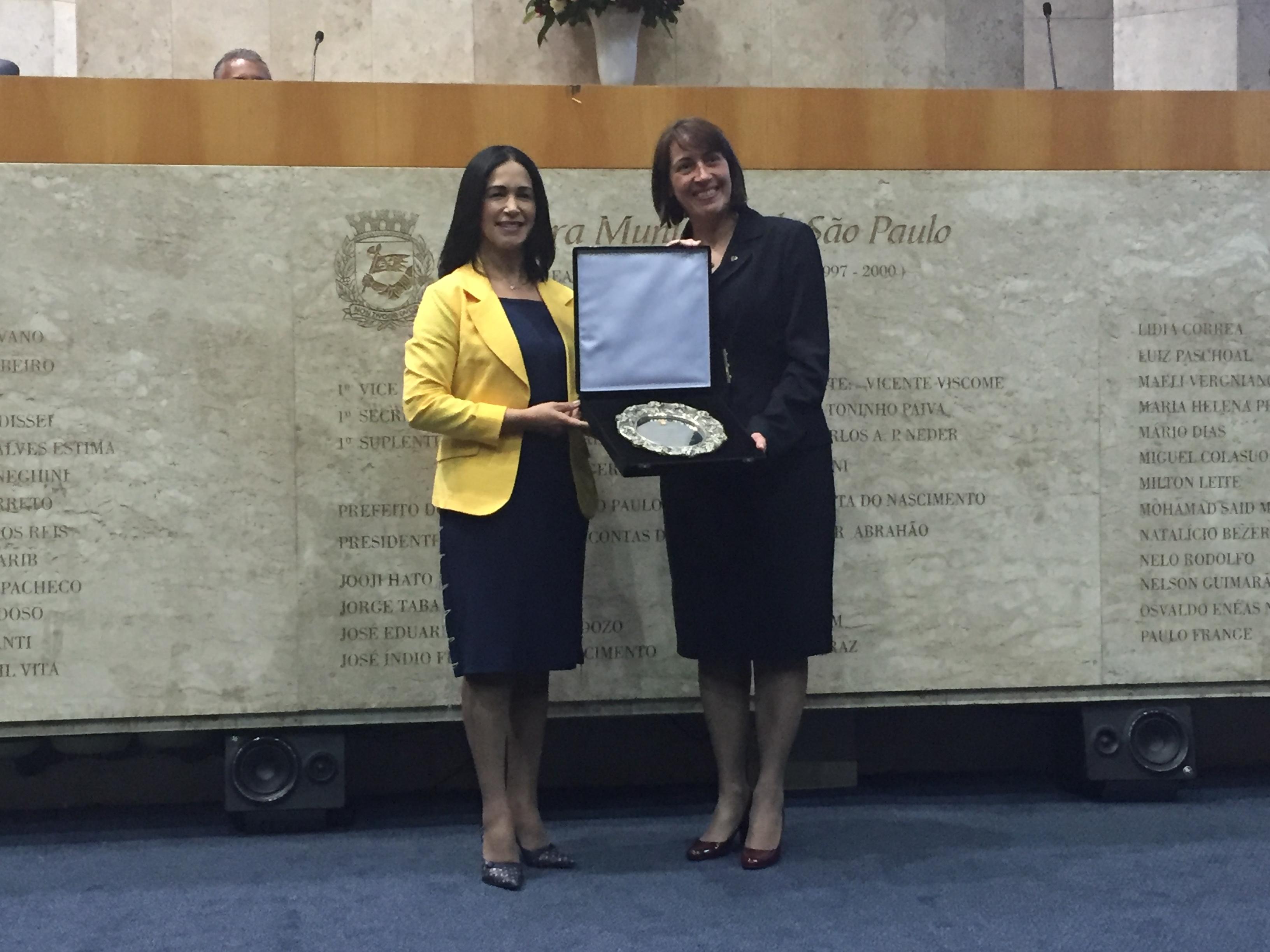 Vereadora Noemi Notato entregando Prêmio Salva de Prata para Silvana Cazonato, diretora da ASA da Associação Paulistana