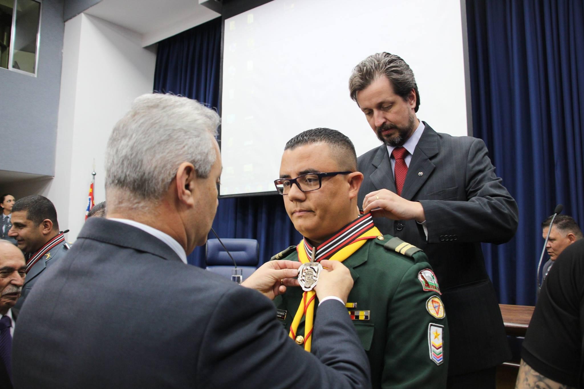 Pastor é condecorado com medalha entregue pelo Coronel Paulo Telhada. (Crédito: Roberto Oliveira)