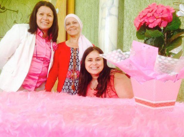 Membros de IASD Jardim Planalto em decoração com tema Outubro Rosa [Foto de divulgação]