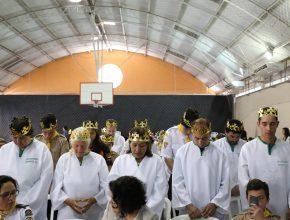 Coroas e becas brancas representavam a importância da decisão que estava sendo tomada pelos novos fiéis.