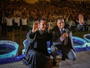 Pastores Luis Gonçalves e Wiglife Saraiva em momento de interação com o público na caravana Acenda a Esperanca.