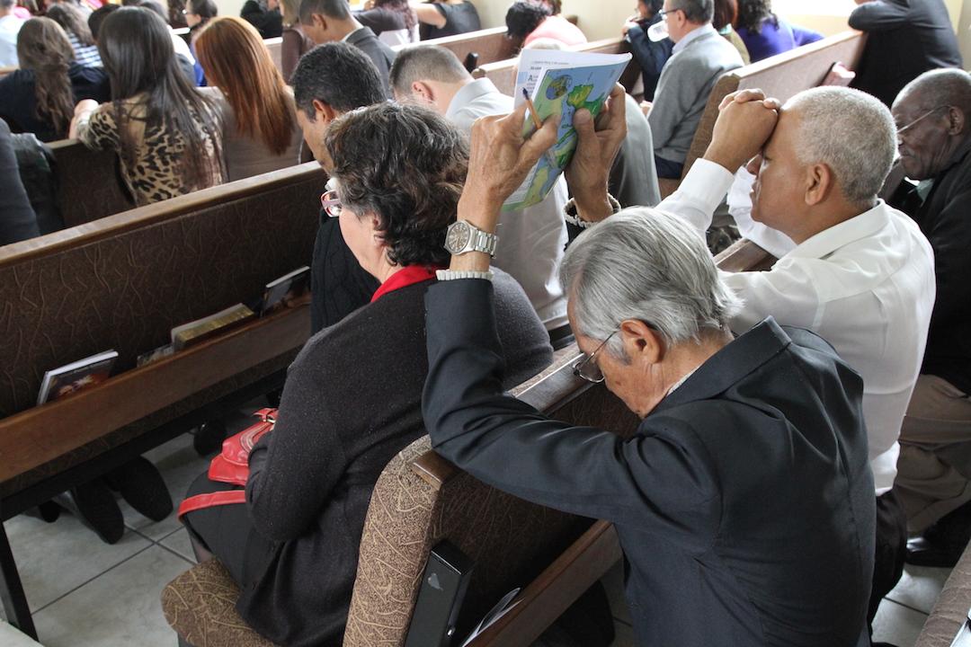 Igreja em momento de oração no Encontro de Idosos e também Dia Internacional do Idoso