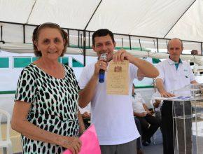 Ruth Cei exibe com orgulho certificado de batismo assinado por Léo Halliwell