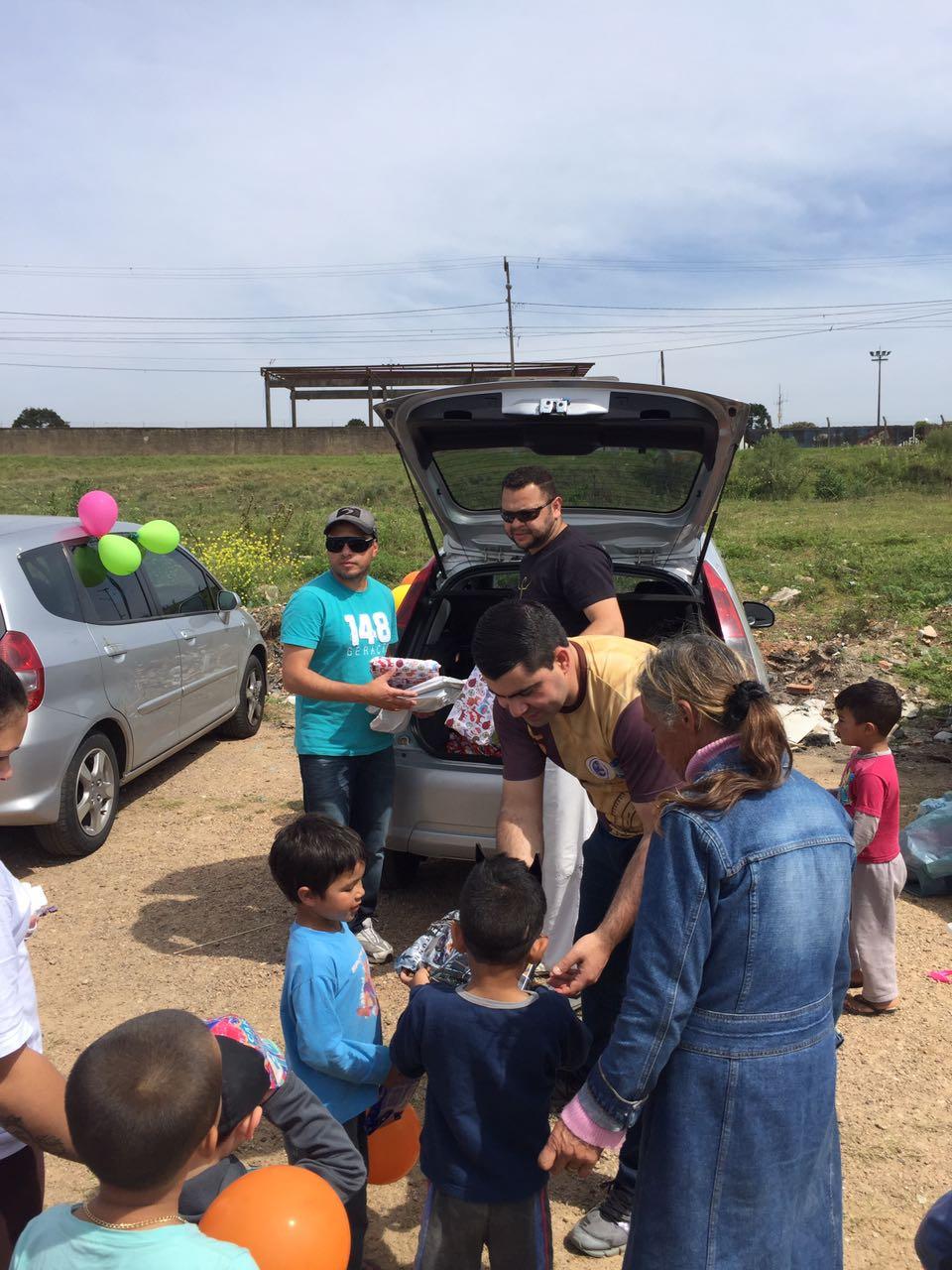 Os voluntários arrecadaram 250 brinquedos e mais de 300 kits doces.