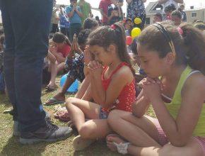 As crianças também tiveram o momento espiritual.