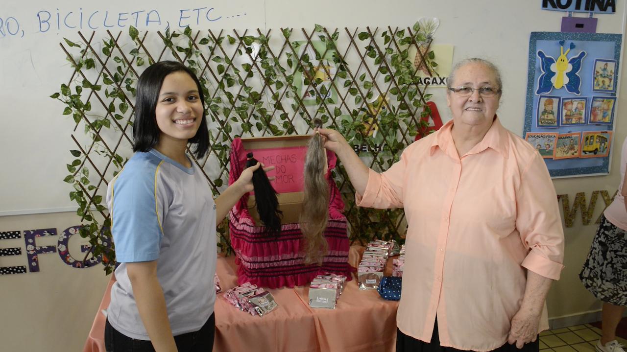 Palmira e neta doam cabelos juntas em projeto [Foto: Wallcley Rêner]