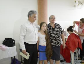 Viviane com a família esperando para doar os fios