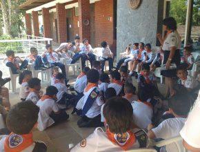 Aventureiros assistindo a escola sabatina.