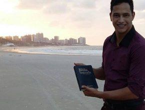 Maycon Oliveira tem 26 anos e é um jovem pastor missionário, atuando como líder da equipe de missionários em Dourados (MS), do projeto Um Ano em Missão (OYIM).