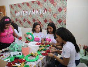 Além de palestras e dinâmicas, as meninas também participaram de uma aula de artesanato. Foto: Aquivo APO