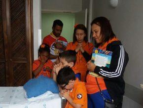O clube visitou cada leito para contar histórias, cantar e orar.