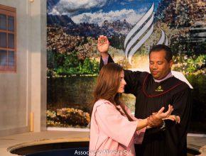 Luany, deficiente auditiva, tem cerimônia de batismo emocionante Foto: Anne Seixas