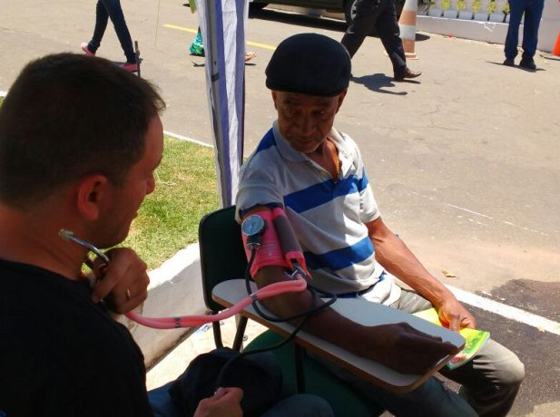 Enfermeiros voluntários ofereceram serviços de aferição de pressão durante o dia de finados