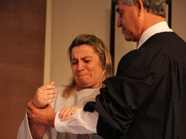 Momento de emoção da advogada, ao ser batizada pelo pastor Lima, na abertura do Concílio Anual da Igreja Adventista. Foto: Liane Prestes