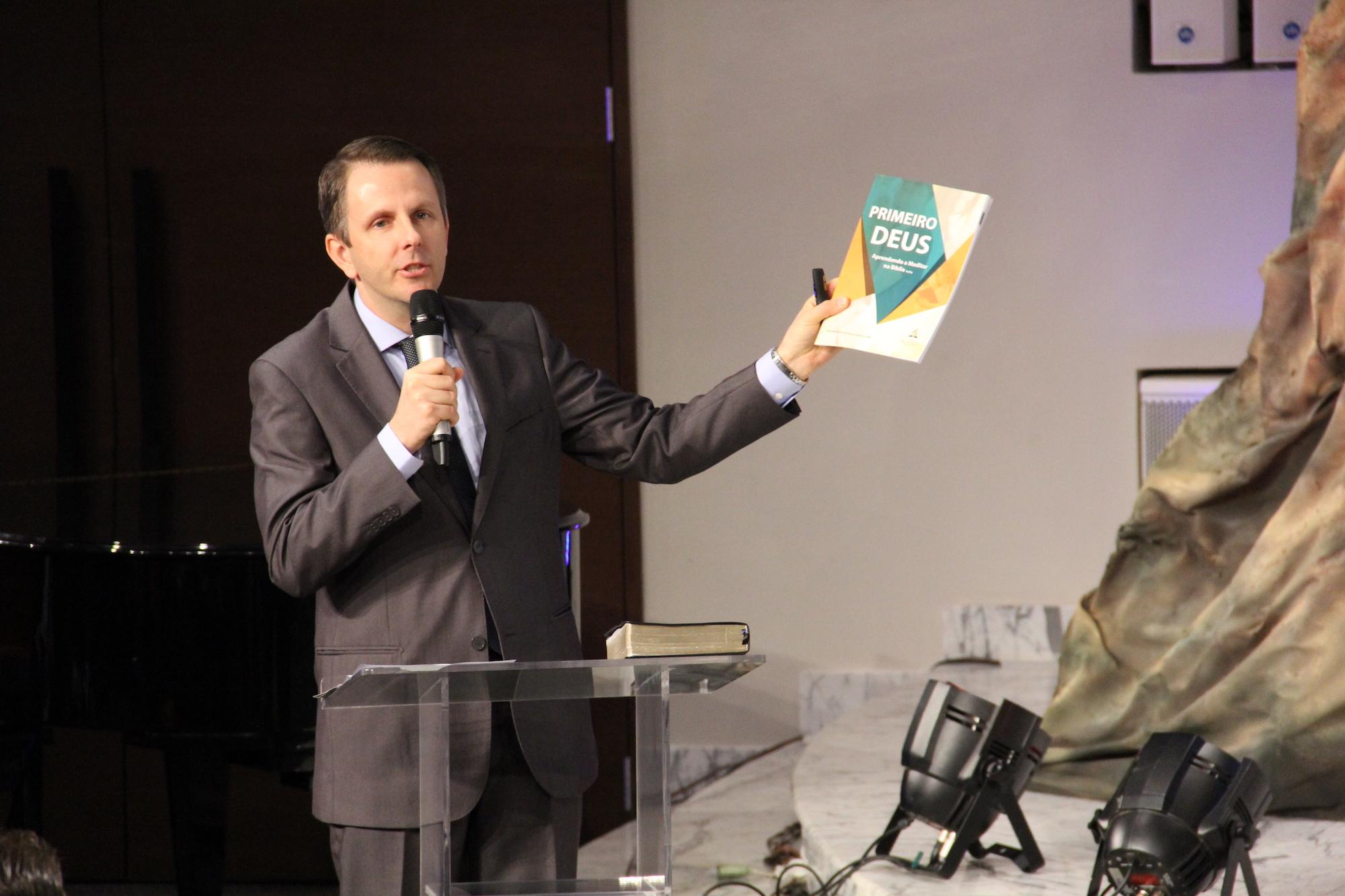 Boger Jr. e o material com o objetivo de mudar a forma de meditar na Bíblia.