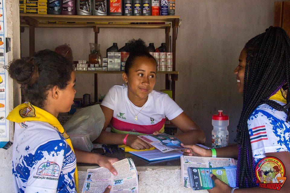 Os acampantes distribuíram panfletos sobre saúde nas redondezas da sede de acampamento
