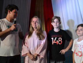 Samara foi batizada junto com os filhos Gabriel (blusa preta) e Lucas.
