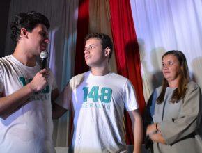 Higor se formou em 2015 e retornou ao CAJ com a mãe para serem batizados.
