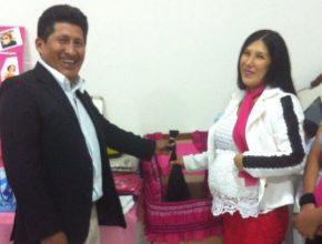 Marido que cortou cabelo de esposa há anos em casa, agora corta mechas da mulher para Mechas de Esperança
