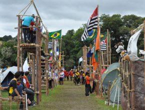 Na área de acampamento a montagem dos portais é item obrigatório que conta pontos.