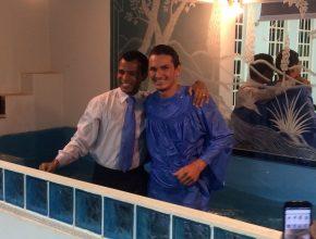 Raymon decide entregar sua vida a Deus através do batismo, durante a abertura da Semana de Evangelismo de Colheita.