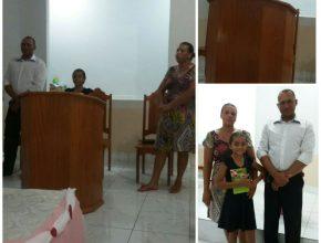 Ludimila, de 12 anos, com os pais no dia em que pregou na igreja de Bairro Novo.