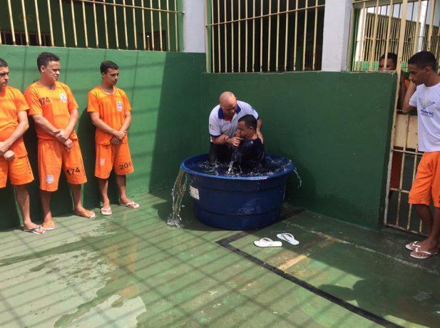 Após estudar a Bíblia Claudio Roberto decidiu ser batizado