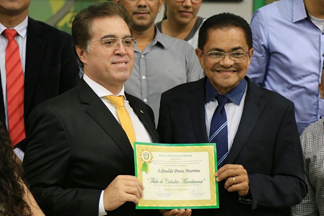 Pastor Edinaldo Martins (esq.) recebe título de honra das mãos de Miguel Filho, líder dos vereadores de Marabá.