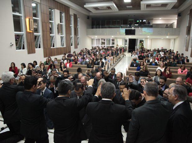A ordenação é feita por meio da oração e imposição de mãos.