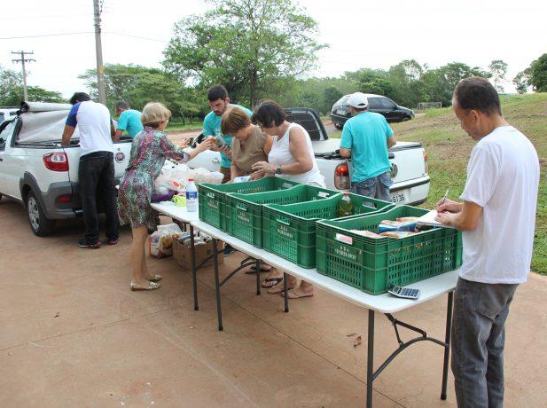 Estudantes e moradores da região ajudaram como voluntários.