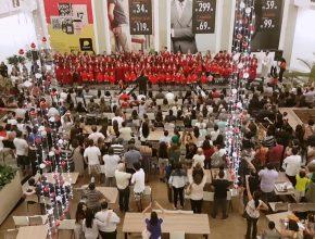 Público lota praça de alimentação para acompanhar a apresentação.