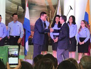 Thiago recebeu duas medalhas por seu trabalho com o Clube de Jovens e ajuda a três crianças com câncer.