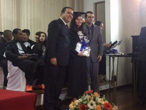 Aluna recebe canudo com certificado de conclusão de ensino médio, juntamente com os cumprimentos dos professores Foto: Anne Seixas