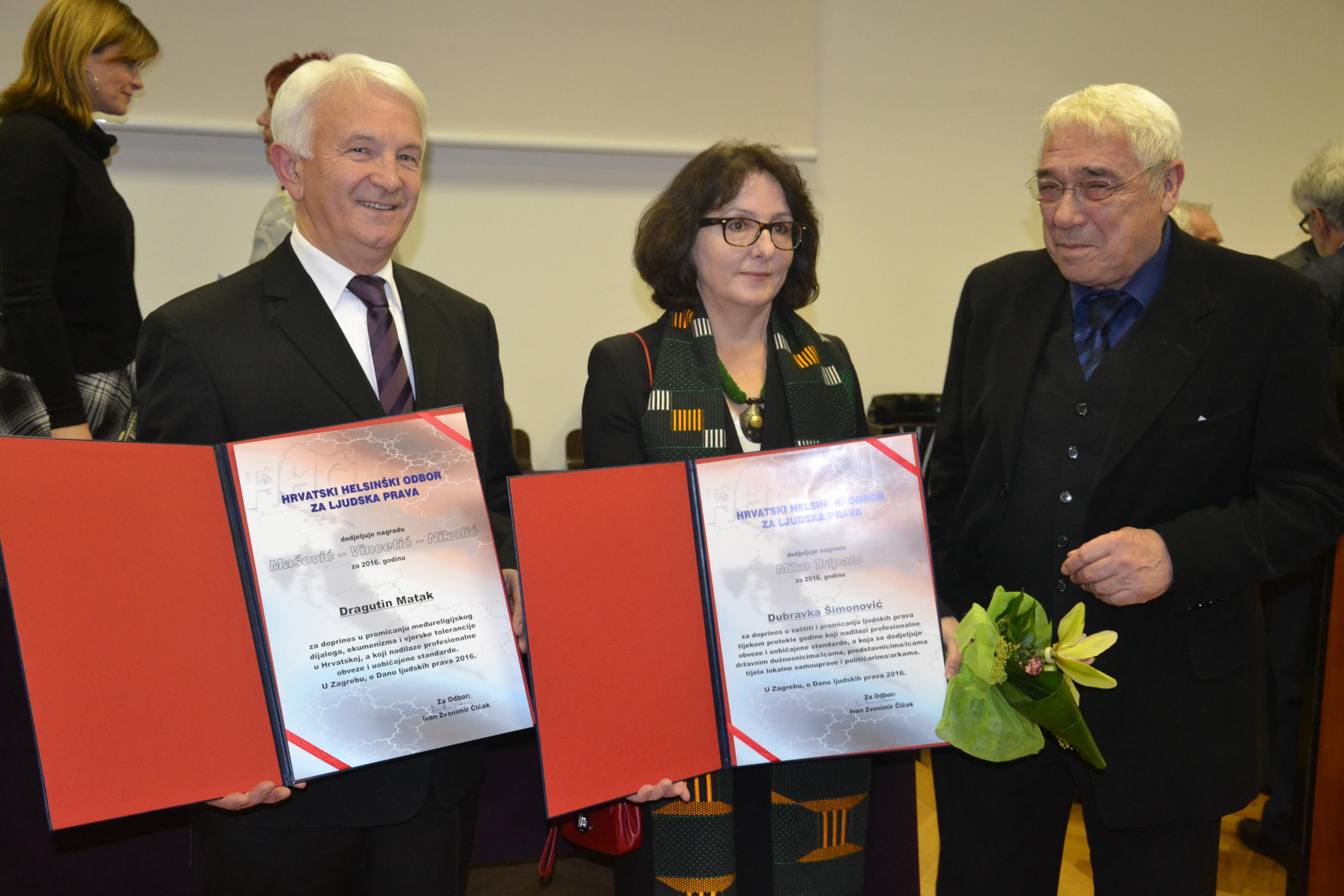 Pastor adventista (primeiro à esquerda) junto com outros dois premiados: luta em favor da liberdade de expressão religiosa que é um direito humano básico. Foto: Divisão Transeuropeia da Igreja Adventista