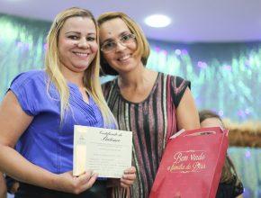 Marcia Aparecida (óculos) ajudou a nova amiga com cursos bíblicos...