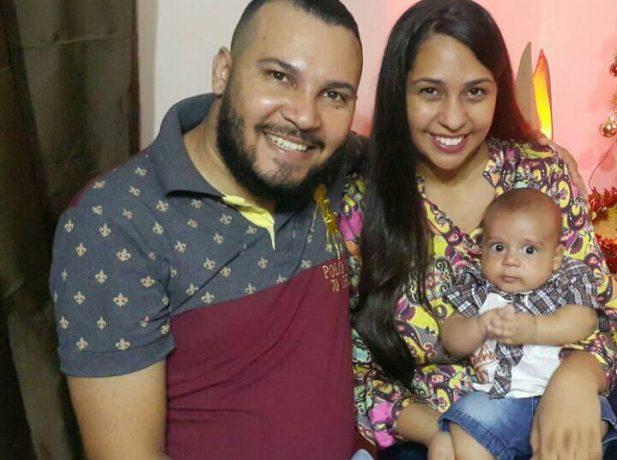 Karine ao lado do marido e do filho, o pequeno Felipe, de quatro meses.