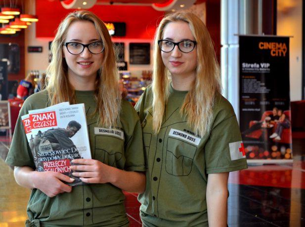 Jovens adventistas aproveitam lançamento do filme sobre Desmond Doss para ação missionária na Polônia. Foto: Divisão Transeuropeia