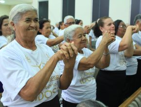 Os participantes aprenderam exercícios básicos de alongamento que melhoram o condicionamento físico