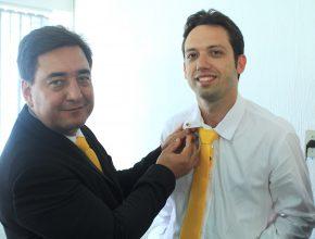 Tiago Barros recebe o distintivo de Mordomia das mãos do seu pastor local, Odenir Boeker