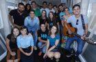 Jovens cantam e se emocionam com pessoas em tratamento de câncer