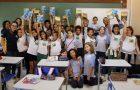 Colégio Adventista doa bíblias para alunos de escola pública