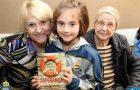 Crianças entregam livro sobre esperança a pessoas com câncer
