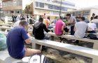 Jovens servem 80 refeições e almoçam com moradores de rua
