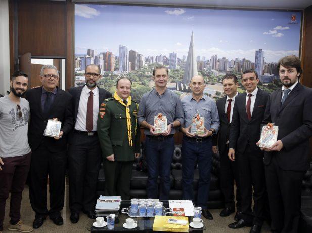 Prefeito e vereadores de Maringá recebem livro do Impacto Esperança
