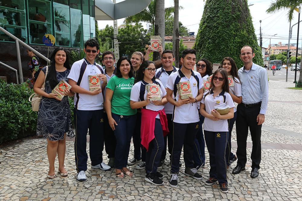 Estudantes da Educação Adventista distribuem Esperança em Fortaleza