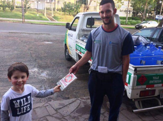 Crianças participam de pequeno grupo e entregam livros missionários em Porto Alegre