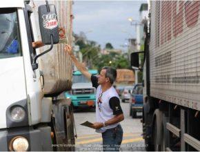Servidores da USeB entregam 3100 livros em Sapucaia